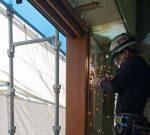 木製サッシをRC造に取り付ける。